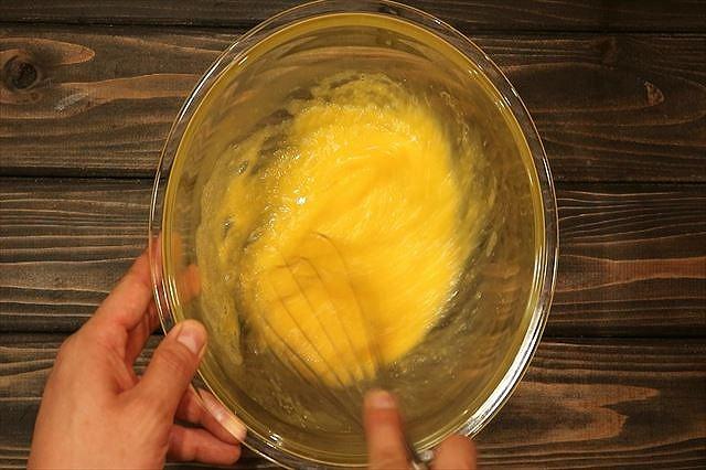 グラニュー糖とハチミツを混ぜ合わせる
