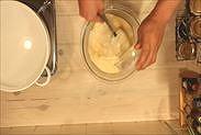牛乳バターを生地に加える