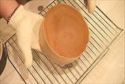 型から取り出したスポンジケーキ