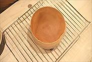 焼きあがったスポンジケーキを冷ます