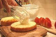 プロレシピのスポンジケーキにクリームをのせる