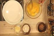 卵にグラニュー糖とハチミツを加え混ぜ合わす