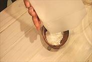 ふるった粉を器にうつす