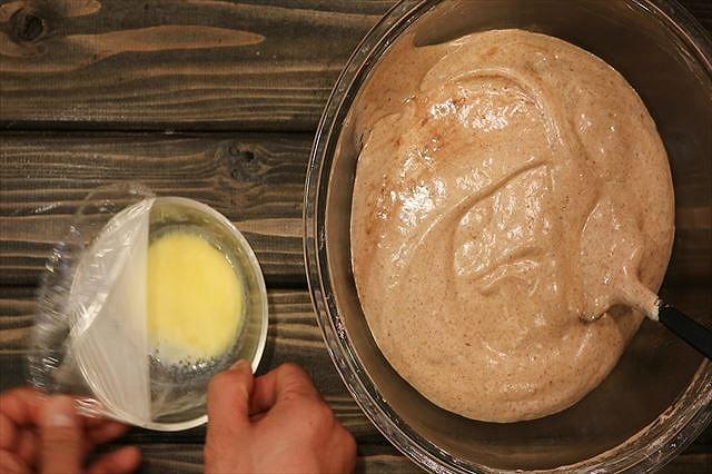 牛乳とバターを混ぜ合わす