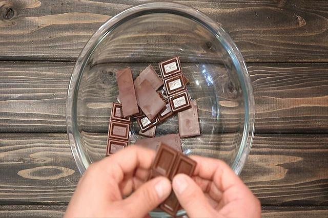 チョコレートを砕く