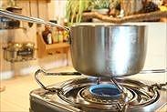 手鍋を火にかける