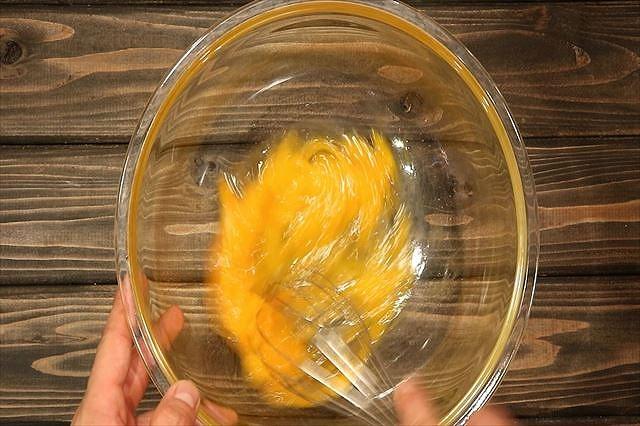 卵を溶きほぐす2