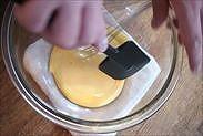 ボウルについた卵黄をゴムベラで綺麗にする