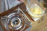 沸騰した牛乳を4分の1程度加えて混ぜ合わせる