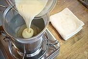 混ぜ合わせた液体を濾しながら鍋に戻す
