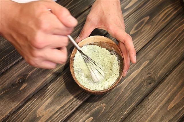 薄力粉と抹茶を混ぜる