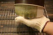 抹茶スポンジケーキを型から取り出す