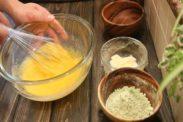 卵にグラニュー糖を加え混ぜ合わす