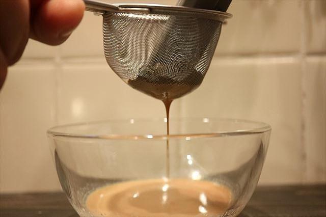 紅茶ミルクを濾す2