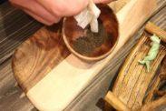 潰した紅茶葉を器に入れる