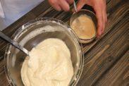 紅茶ミルクバターに生地を一部混ぜ合わせる