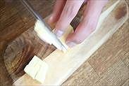 冷えたバターを約7㎜角にカットする