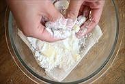 角切りにしたバターに薄力粉を絡める