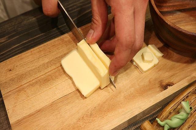 バターを7ミリ角にカットする