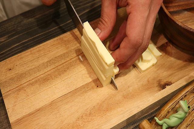 バターを7ミリ角にカットする2