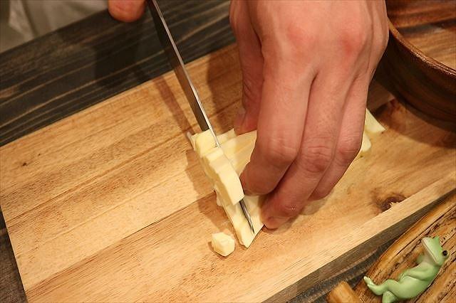 バターを7ミリ角にカットする4