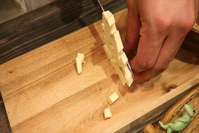 バターを7ミリ角にカットする3