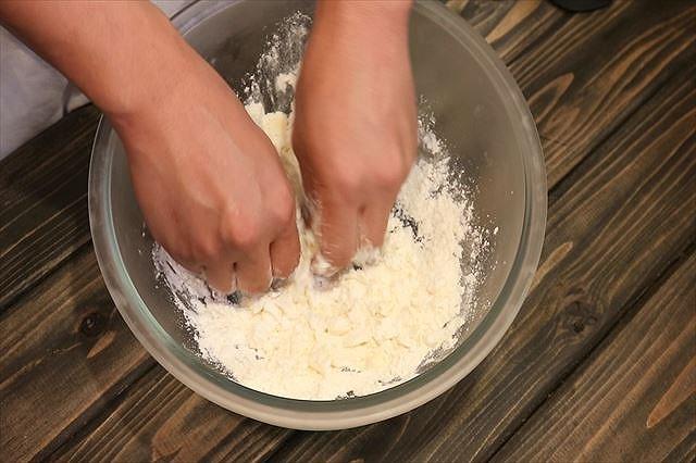 バターを指で潰す