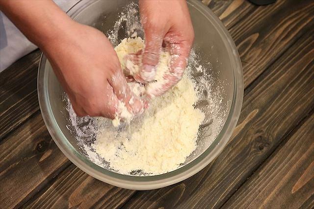 バターを指で潰す2