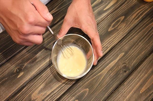 牛乳をよく混ぜ合わす