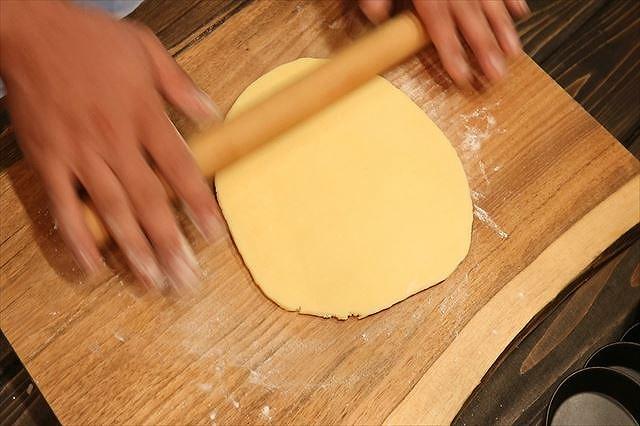 タルト生地を麺棒で伸ばす2