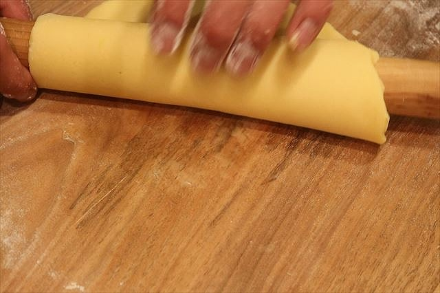 タルト生地を麺棒に巻き付ける2