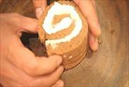 1枚目のチョコシートスポンジケーキを渦巻き状にする