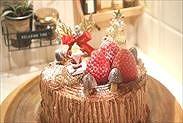 クリスマスの飾りをのせて粉糖を振りかける