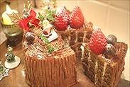 カットしたチョコレート切り株クリスマスケーキ