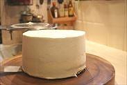 ナッペしたケーキを台にのせる