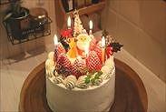 クリスマスケーキにローソクを飾る