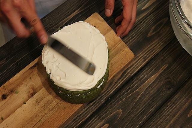 ケーキ上面にクリームを塗り広げる