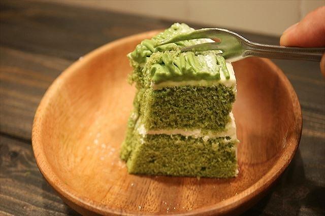 抹茶クリームケーキを食べる