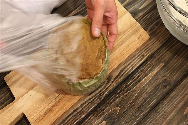 抹茶スポンジケーキを袋から取り出す