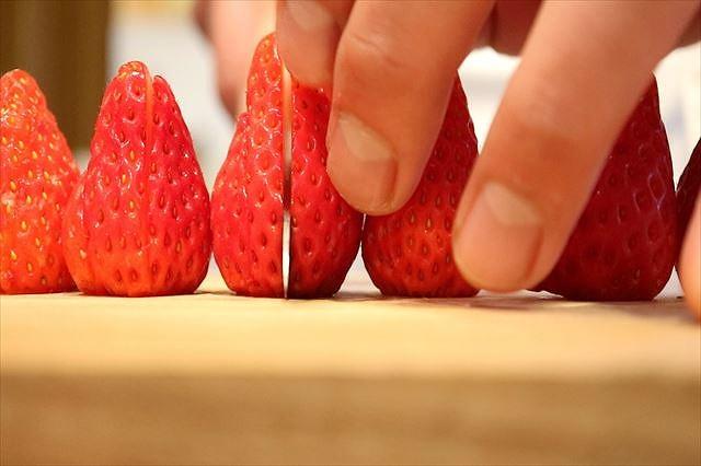イチゴをカット