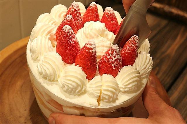 ケーキ切り分ける