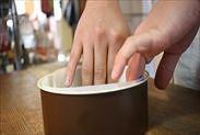 スポンジケーキ型に焼き紙を敷く