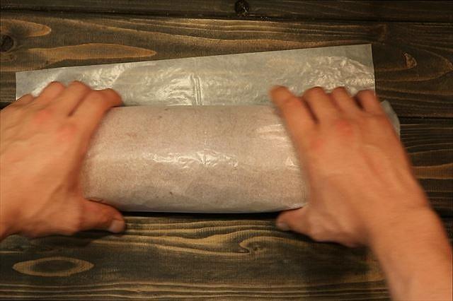 ロールケーキを紙で包む