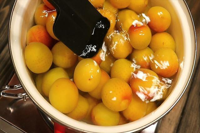 熱湯に入った梅混ぜる