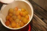 鍋に梅を並べる