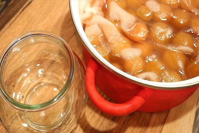 梅のシロップ煮と保存瓶