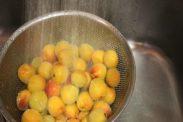 完熟梅を水道水でサッと洗う