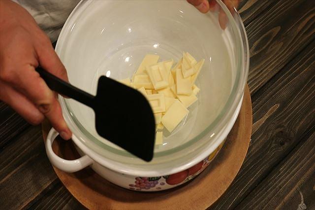 ホワイトチョコを湯煎にあてる