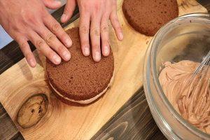 チョコスポンジケーキをのせる