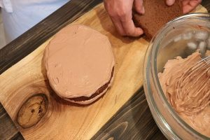 生チョコクリームを塗り広げる
